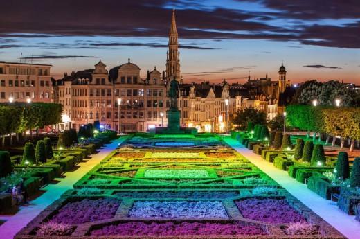 Duhové noční osvětlení v parku v Belgii.