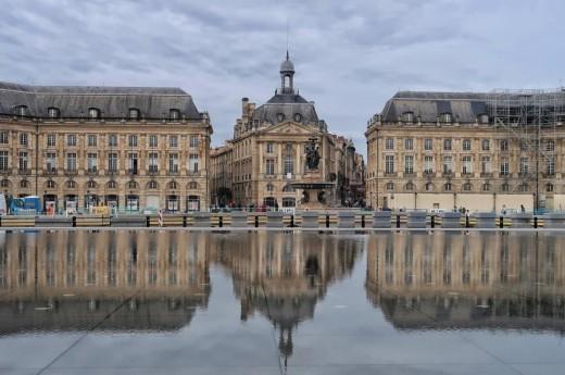 Vodní zrcadlo na náměstí Place de la Bourse.