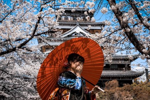 Žena s tradičním deštníkem v Japonsku