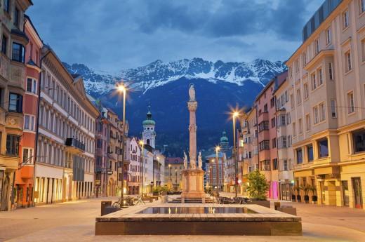 Rakouský kontrast města a hor.