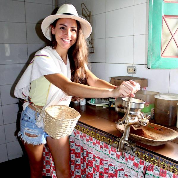 Vlastnoruční mletí kávy v Kolumbii.