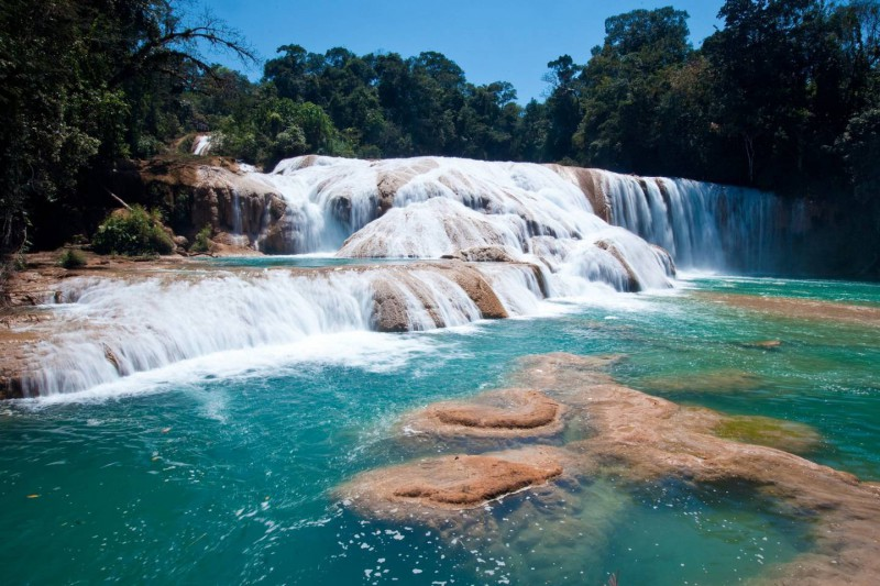 Křišťálově čistá voda travertinových vodopádů Agua Azul.
