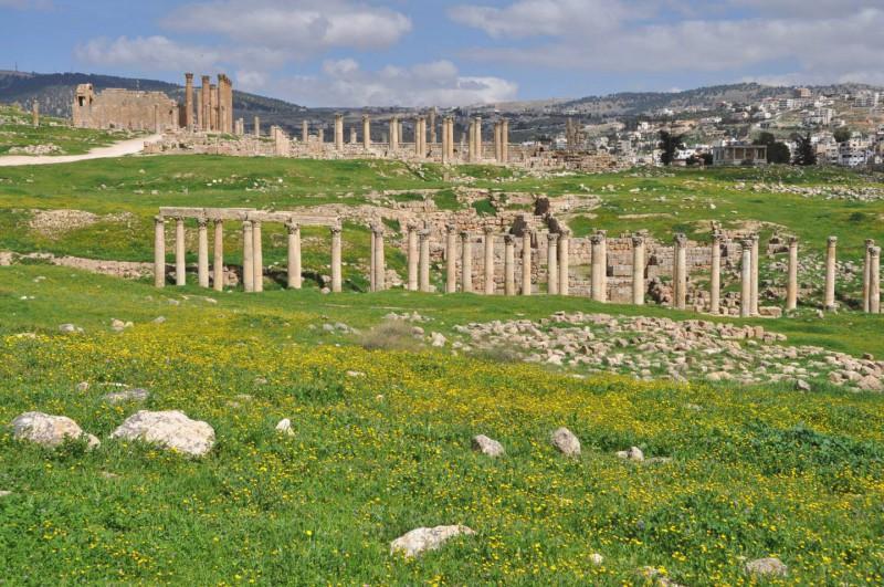 Ruiny římského Jerashe jsou roztroušeny v zemi.