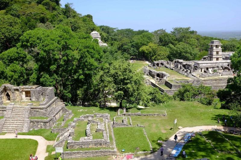 Tajemné pyramidy Palenque částečně pohlceny džunglí.