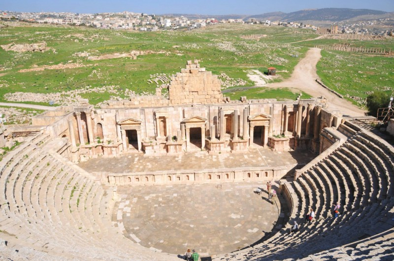 Výhled z horní řady Jižního divadla má své kouzlo nejen kvůli divadlu, ale i kvůli krajině.