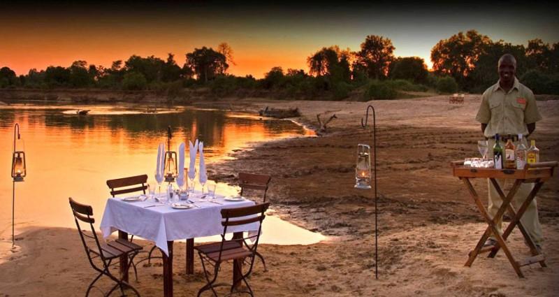 Romantická večeře při západu slunce.