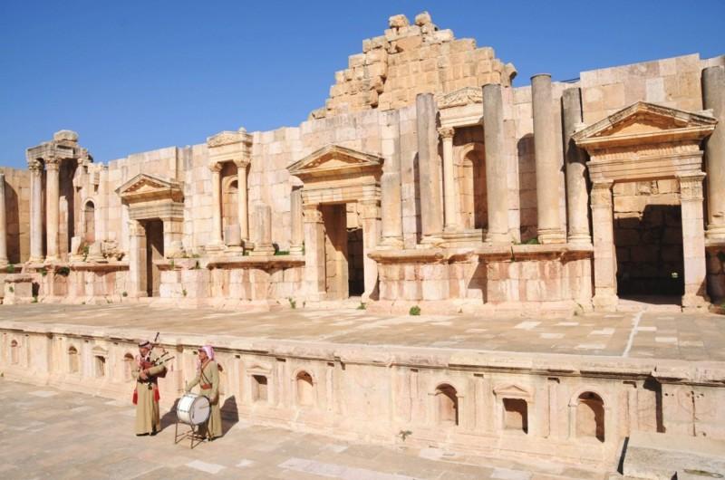 Jižní divadlo v Jerash a dva místní hudebníci.