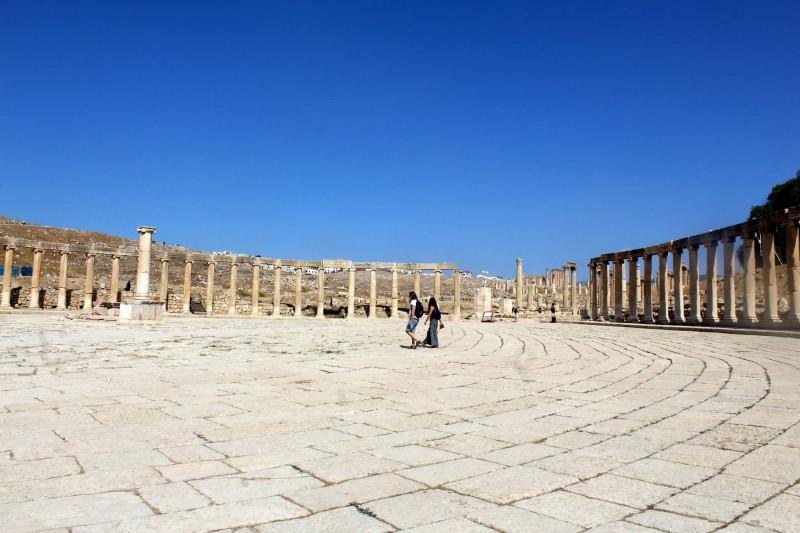Hlavní široká cesta Cardo Maximus lemovaná nekonečným sloupořadím.