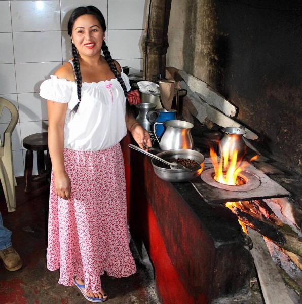 Pražení kávy v regionu Quindlo v Kolumbii.