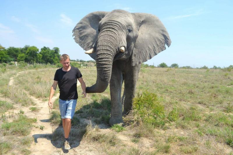 Stáňa na procházce se svým novým kamarádem slonem.