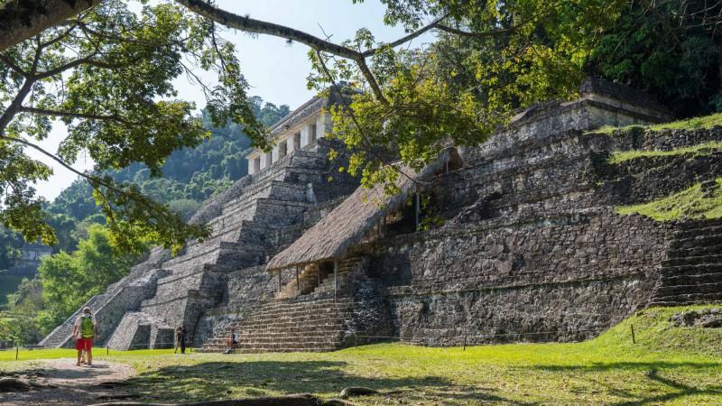Trojice pyramid vybudovaných hned vedle sebe - Chrám nápisů, Hrobka Červené Paní a Chrám Lebky.