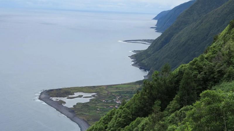 Strmé pobřeží ostrova Sao Jorge.
