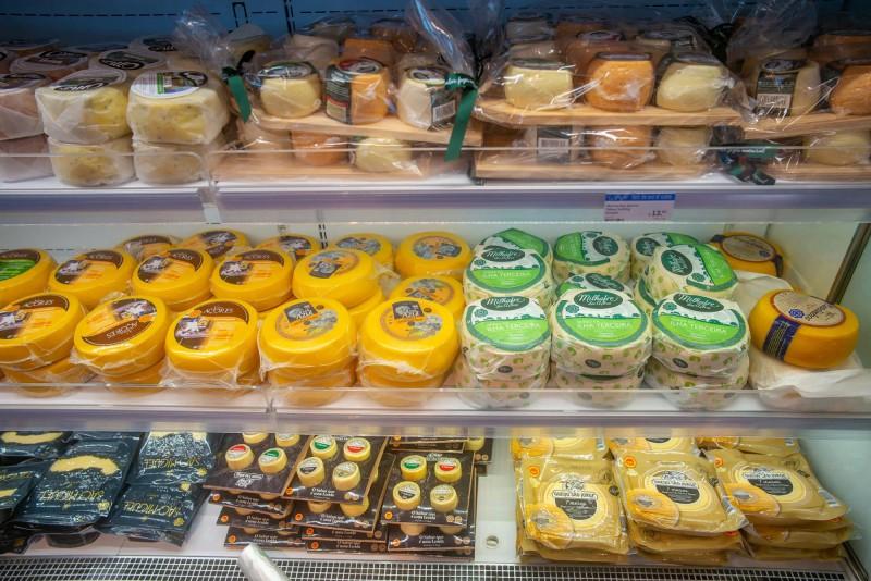 Obchod s místními sýry.