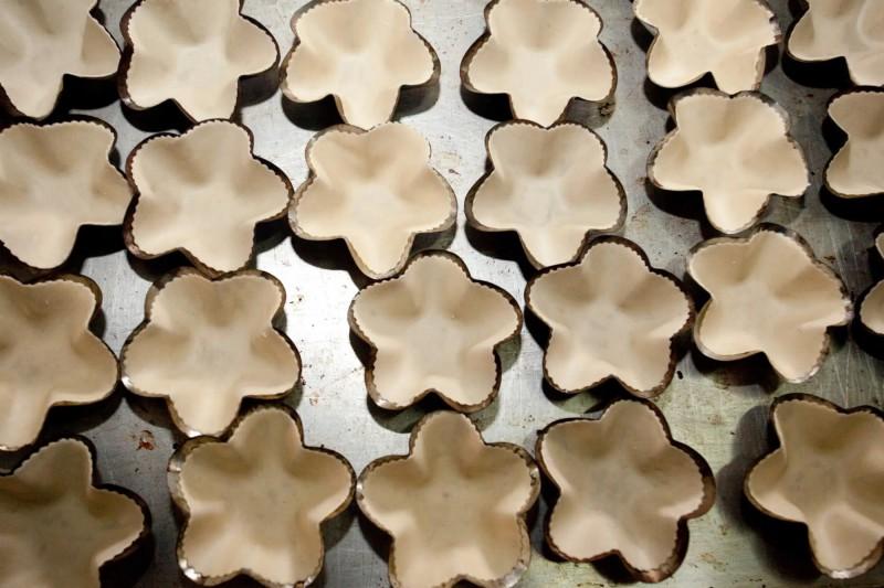 Neupečené koláčky ve tvaru hvězdy.