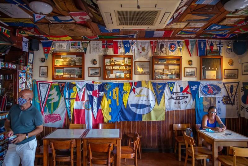 Vlajky zdobící zdi baru.
