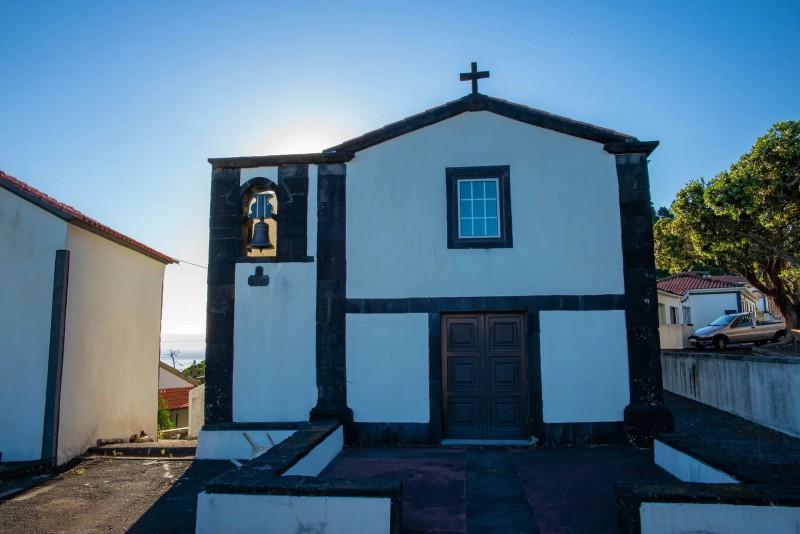 Malý bílo-černý kostelík.