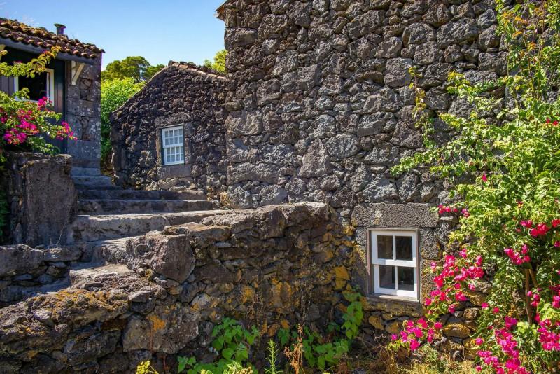 Domy z vulkanického kamene s malými okny.