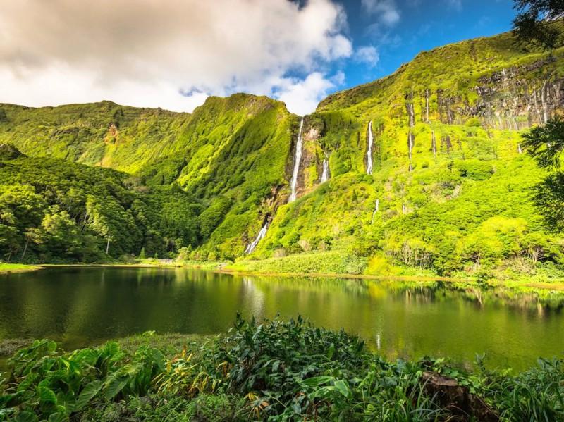 Skály s vodopády a jezerem uprostřed.