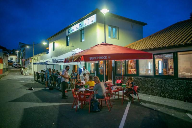 Restaurace Ondas do Mar s posezením na ulici.