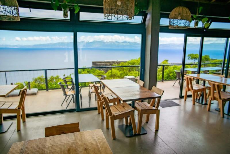 Výhled z restaurace na širé moře.