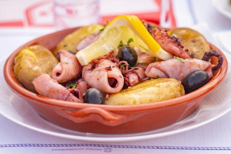 Miska s mořskými plody, olivami a brambory.