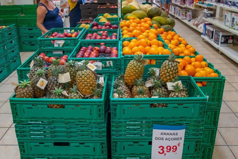 Místní ananasy a ovoce.