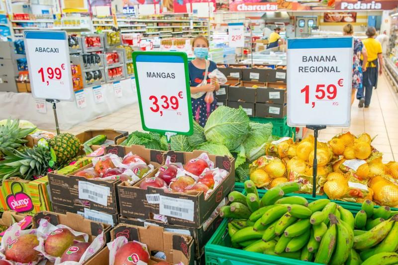 Ovoce a zelenina v místním supermarketu.