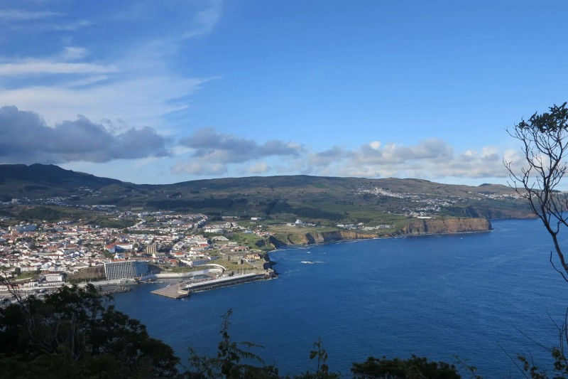 Pobřeží s hlavním městem Monte Brasil.