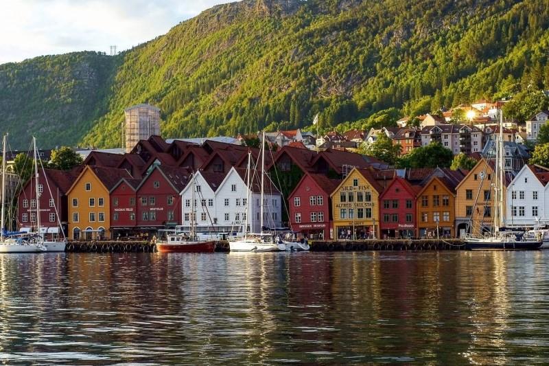Barevné dřevěné domky u přístavu v Bryggenu.