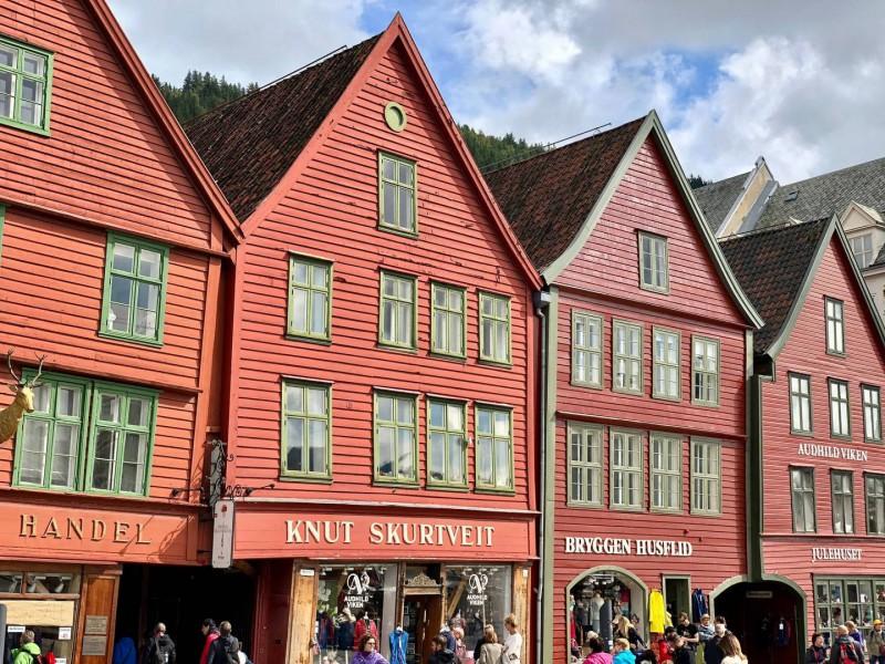 Červené dřevěné domky s obchody.