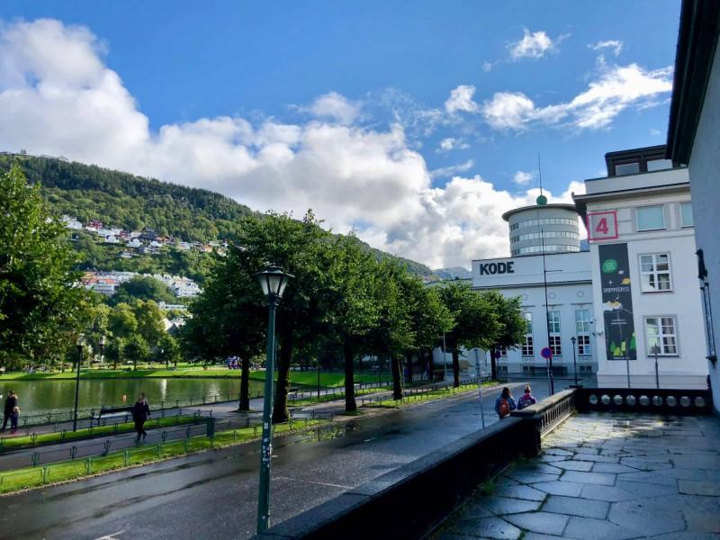 Budovy KODE a galerie Bergenu.