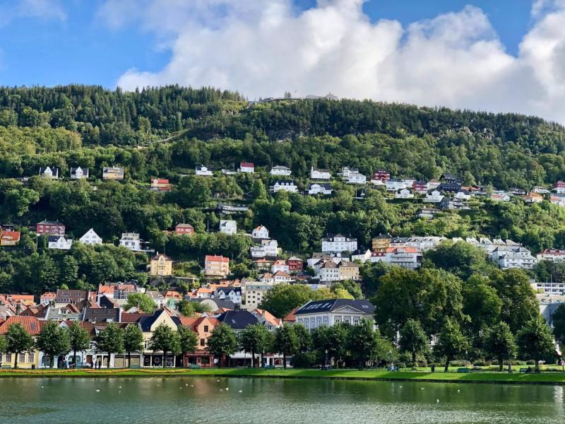 Pohled na město Bergen zasazené v kopci.