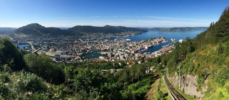 Pohled na Bergen z okolních kopců.