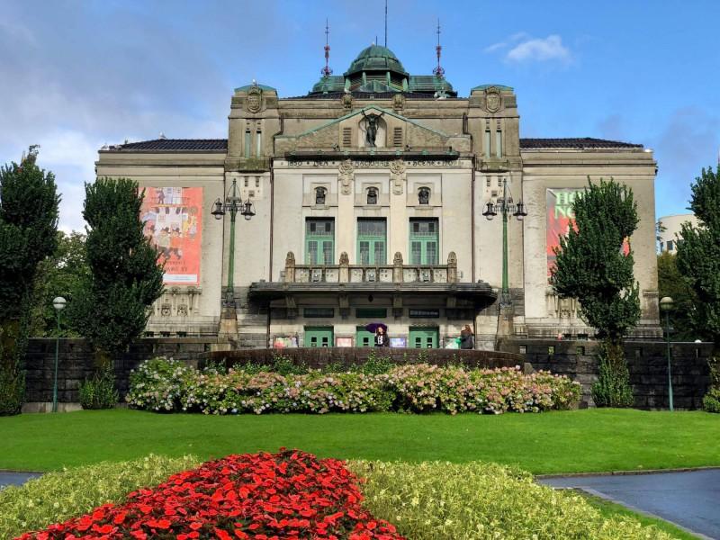 Budova Národního divadla se zahradou.