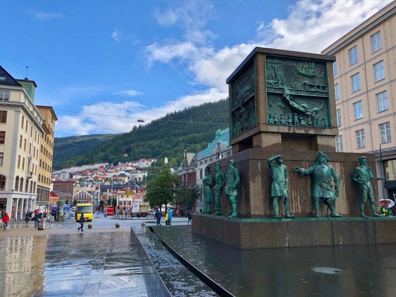 Náměstí Torgallmenningen s vojenským pomníkem.