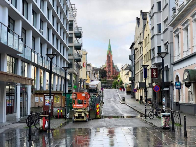 Ulice, jejímuž konci dominuje kostel.