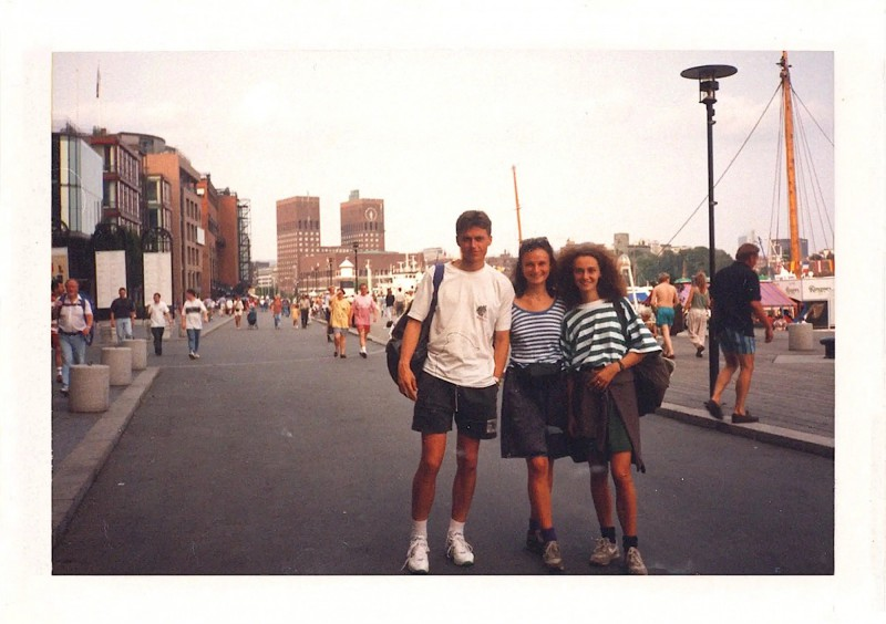 Červená radnice města na fotografii s našeho zájezdu z roku 1994.