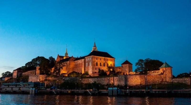 Pohled na osvětlenou pevnost Akershus.