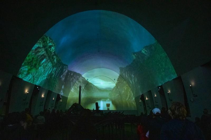 Filmová projekce pěkně znázorňuje život a výpravy Vikingů.