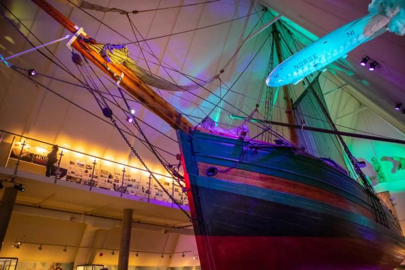 Dřevěná loď vystavená v muzeu.