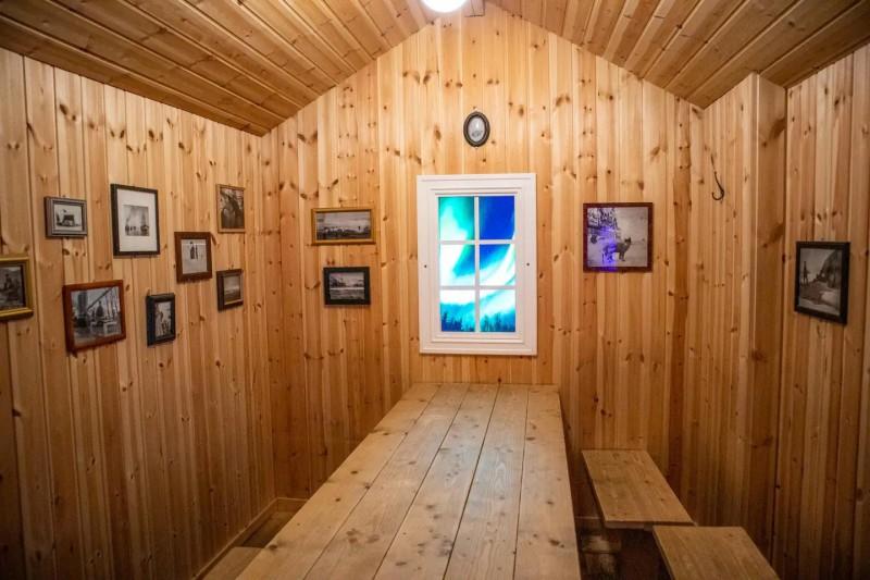 Dřevěný domek s posezením určený k odpočinku.