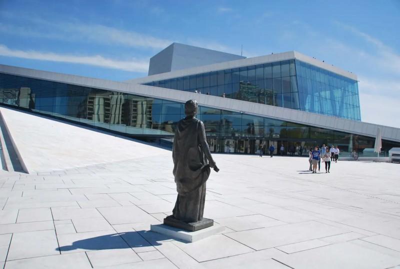Prosklená budova Opery.