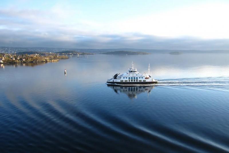 Nádherné scenérie Norska a pohled na jedoucí trajekt.