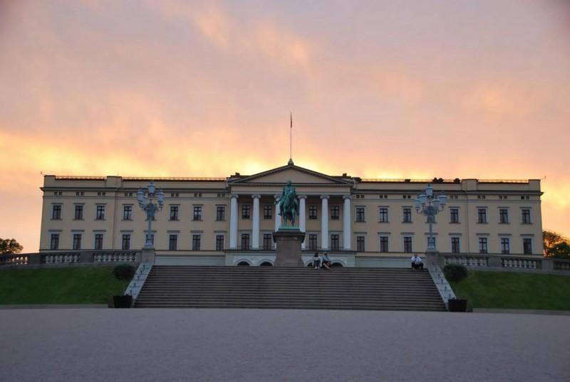 Královský palác při západu slunce.