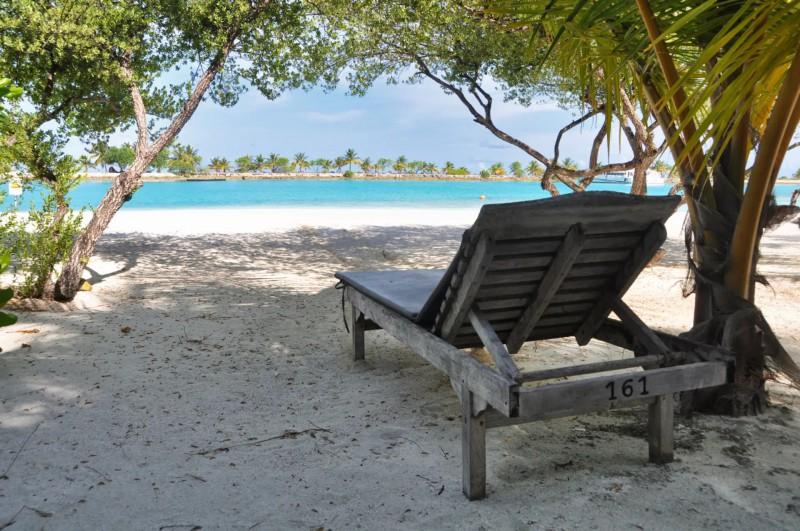 Před bungalovem máte lehátko s výhledem na tyrkysové zátoky ostrova.