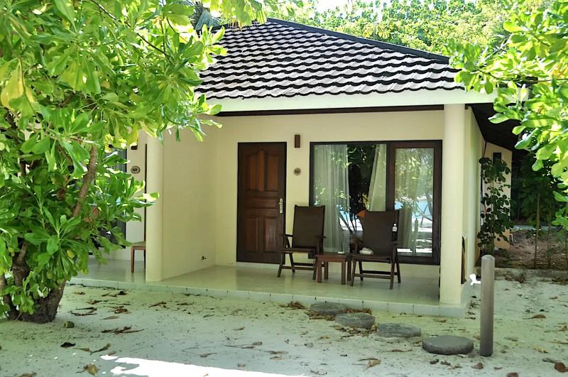 Váš superior beach bungalov má venku příjemné sezení pár metrů od pláže.