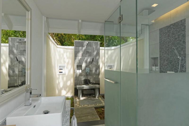 Stylová koupelna a venkovní sprcha v bungalovu.