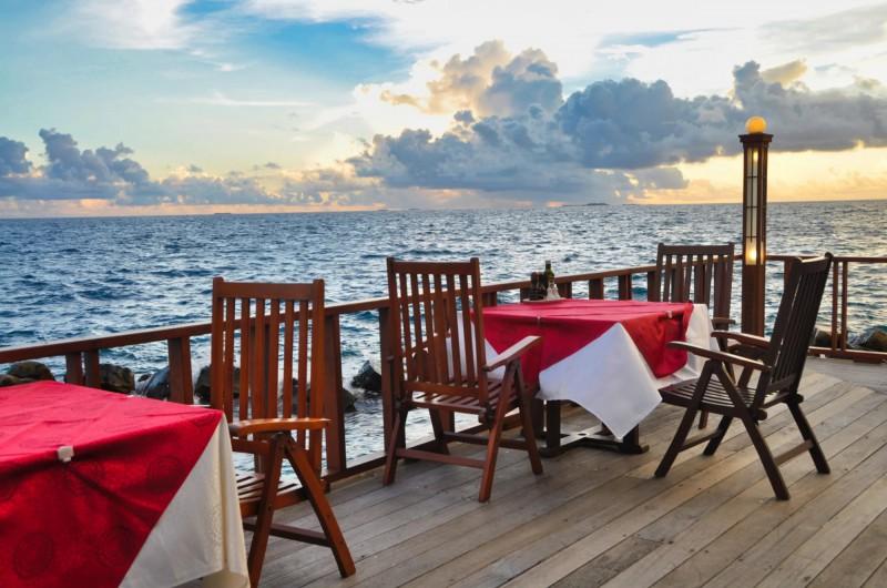 Luxusní snídaně s výhledem na lagunu Paradise.