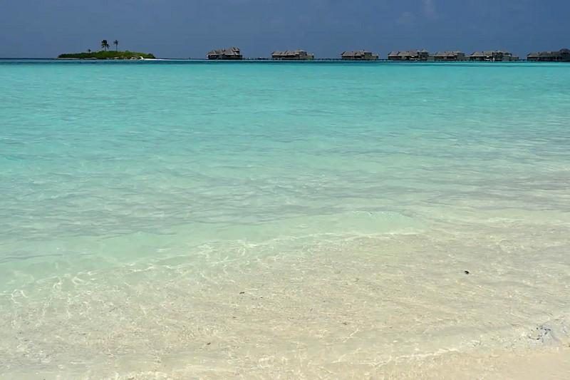 Tyrkysová voda na pláži na Maledivách.