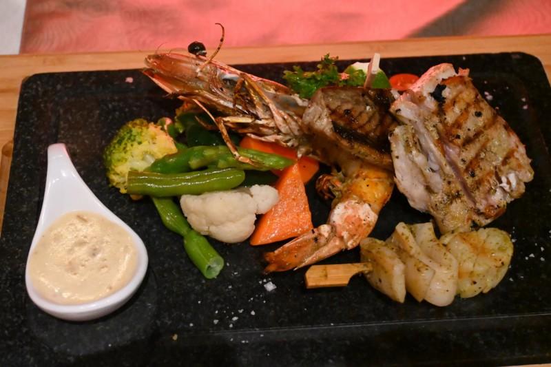 Mořské plody Seafood Platter s ochutnávkou několika specialit v restauraci Farumathi.